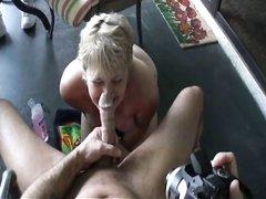 Чувак балдеет от домашнего минета сделанного зрелой блондинкой в видео от первого лица