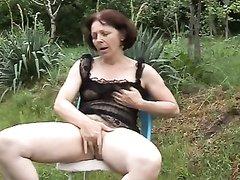 Под открытым небом зрелая дачница для видео кончает сквиртингом от мастурбации