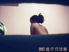 За голой негритянкой подглядывает с видео камерой похотливый доброжелатель