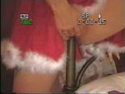 Британская нарядная нимфоманка в любительском видео оседлала ножку кровати