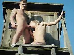 Озабоченная пара в любительском видео трахается на крыше заброшенного дома