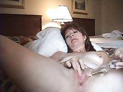 Крупным планом зрелая дама с широкими бёдрами дрочит киску любимой секс игрушкой