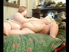 Невероятно толстые лесбиянки в домашнем видео отвлеклись на мастурбацию