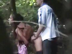 Секс влюблённой парочки в лесу подглядывают и снимают на скрытую камеру