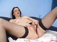 Британская зрелая домохозяйка для мастурбации купила секс игрушку и чулки