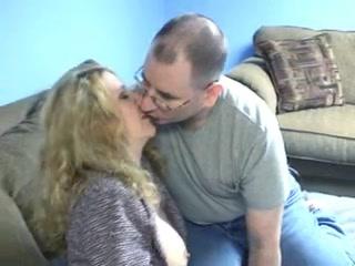 Очкастый любовник пришёл к зрелой красотке для секса и начал с нежного куни