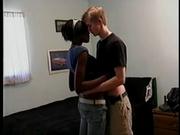 Худая негритянка выбрала для домашнего секса белого студента и завела его минетом