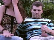 Любительница минета на улице бесплатно отсосала член незнакомца на скамейке