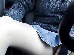 Авто леди в любительском видео спустила колготки и дрочит клитор за рулём
