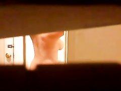 Любительское видео с подглядыванием за голой им фигуристой незнакомкой
