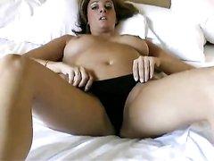 Модель снимает нижнее бельё в домашнем видео и мастурбирует киску на кровати