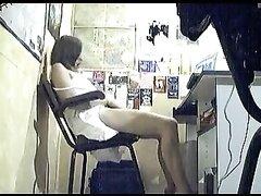 Скрытая камера поймала в кадр любительскую мастурбацию леди и сняла на видео