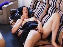 Темноволосая домохозяйка в любительском видео дрочит клитор лёжа на диване