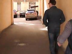 Русские пикаперы подцепили на улице красотку для группового секса в сауне