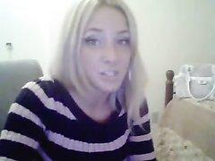 В домашнем видео блондинка трясётся в эротическом танце перед вебкамерой