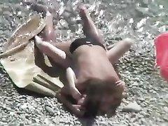 За любительским сексом пары на пляже подглядывает доброжелатель с камерой