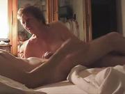 Зрелая дамочка в домашнем видео жадно отсасывает член молодого любовника