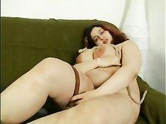 Рыжая пышка с огромными сосками в домашнем видео разделась и дрочит киску