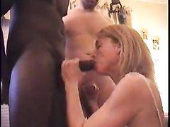 Зрелая блондинка перед мужем в межрассовом видео делает домашний минет негру