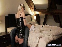 Властная зрелая блондинка в домашнем видео трахается в сапогах и корсете