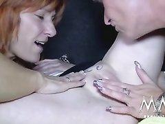 Рыжая британка и зрелая рыжеволосая немка в групповом видео ласкают лесбиянку