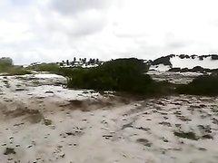 Белая толстуха решив изменить на пляже бесплатно трахается со смуглым любовником