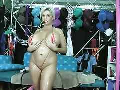 В любительском видео зрелая блондинка показывает огромные сиськи и дырки