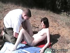 Влюблённая пара выехала на пикник для страстного секса под открытым небом