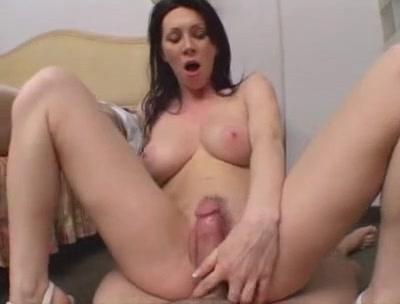 Шаловливая брюнетка поклонница любительского анального секса и буккакэ