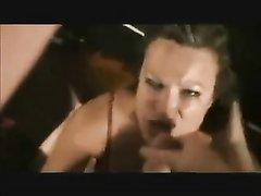 В любительском анальном видео чувак вынул член из попы и кончил на лицо зрелой дамы