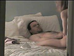 Скрытая камера снимает секс любовников на белых простынях в номере отеля