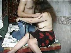 Студент перед скрытой камерой балдеет от домашнего секса в постели со зрелой толстухой