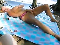 Туристка на песчаном пляже занялась любительской мастурбацией для видео