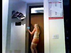 Фигуристую блондинку в чулках сняла на любительское видео скрытая камера