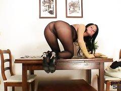 В соло сцене любительского видео шалит брюнетка в эротических колготках