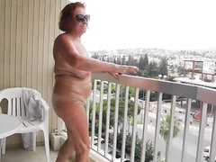 В домашнем видео зрелая туристка обнажила увядающую фигуру в гостинице