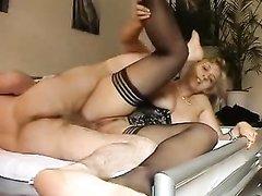 Проститутка в чулках для анального секса встала на карачки перед любовником