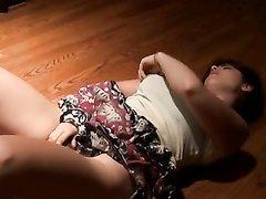 Для любительской мастурбации на видео молодой домохозяйка легла на пол