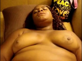 Упитанная негритянка в домашнем видео дрочит шоколадную киску крупным планом