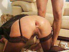 Зрелая дама в чулках в видео встала на карачки для любительского анального фистинга