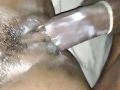 Член в презервативе в домашнем видео входит в шоколадную киску толстой негритянки