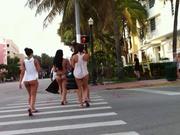 Фигуристые красотки сняты на видео поклонником шедшим следом за ними по улице
