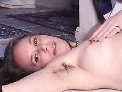 Зрелая шалава в горячем видео дрочит волосатую киску крупным планом для любителей