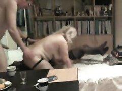 Две зрелые и упитанные блондинки для домашнего секса втроём завели общего хахаля