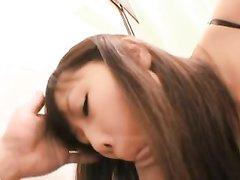 Ласковая азиатка в видео от первого лица чеканит любительский минет и глотает сперму
