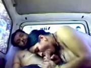 Индиец в салоне авто трахает азиатскую любовницу отдавшуюся бесплатно