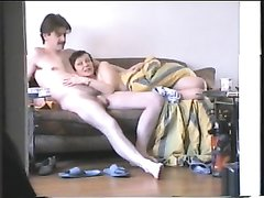 В любительском видео зрелая женщина делает шикарный минет усатому хахалю