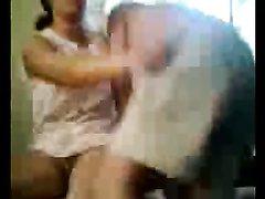 Индийская красотка в домашнем видео отдаётся любимому лёжа и на карачках