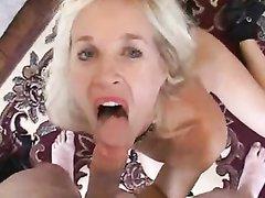 На свидании зрелая блондинка в домашнем видео делает минет и подставляет киску